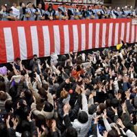 櫛田神社節分大祭の豆を取ろうと手を伸ばす大勢の参拝客=福岡市博多区で2020年2月3日午前11時5分、上入来尚撮影