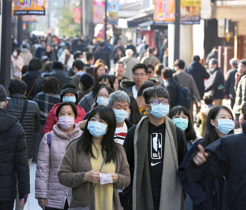 多くの観光客がマスクを着用して歩く太宰府天満宮の参道=福岡県太宰府市で2020年2月1日、津村豊和撮影