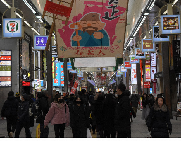 中国人観光客らを迎えるため、春節の装飾が施された商店街=札幌市中央区で2020年1月27日、澤俊太郎撮影