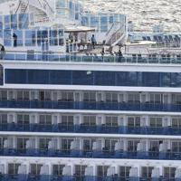 横浜港の大黒ふ頭沖に停泊するクルーズ客船「ダイヤモンド・プリンセス」=2020年2月4日午前7時50分、本社ヘリから