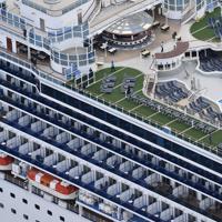 横浜港の大黒ふ頭沖に停泊するクルーズ客船「ダイヤモンド・プリンセス」=2020年2月4日午前7時42分、本社ヘリから