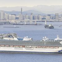 横浜港の大黒ふ頭沖に停泊するクルーズ客船「ダイヤモンド・プリンセス」=2020年2月4日午前7時47分、本社ヘリから