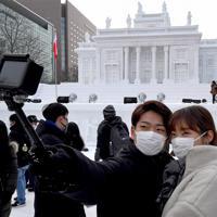 開幕した「さっぽろ雪まつり」。会場ではマスク姿の観光客が多い=札幌市中央区で2020年2月4日午後2時12分、竹内幹撮影