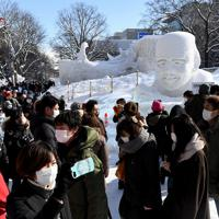 ラグビー日本代表のリーチ・マイケル選手の雪像(右奥)も並び、観光客でにぎわう「さっぽろ雪まつり」会場=札幌市中央区で2020年2月4日午前10時32分、竹内幹撮影