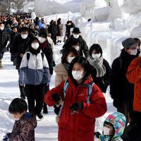 マスク姿の観光客でにぎわう「さっぽろ雪まつり」の会場=札幌市中央区で2020年2月4日午前11時7分、竹内幹撮影