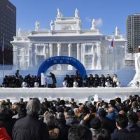 大勢の観光客が集まった「さっぽろ雪まつり」の開会式=札幌市中央区で2020年2月4日午前10時17分、竹内幹撮影