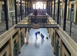 益山刑務所セット場で、囚人服を着て、自分たちの姿を撮影する若い女性=2020年1月18日、坂口裕彦撮影