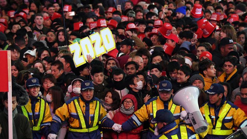 新年を前に渋谷駅前に集まり、押し合いとなった人たち=東京都渋谷区で2019年12月31日午後11時53分、北山夏帆撮影