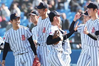明治神宮大会で国士舘に勝利し笑顔を見せる白樺学園の選手たち=神宮球場で2019年11月