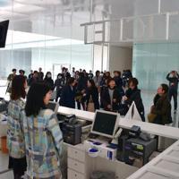 券売機を増やし、「TICKET」の表示を新たに設置した総合受付=金沢市広坂1の金沢21世紀美術館で、日向梓撮影