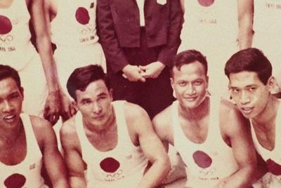 経由地のバンコクでのリレー走者たちと久野さん(中央)=提供写真