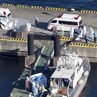 クルーズ船「ダイヤモンド・プリンセス」内で新型コロナウイルスの陽性反応を示した乗船者を搬送する関係者=横浜市中区で2020年2月5日午前9時22分、本社ヘリから