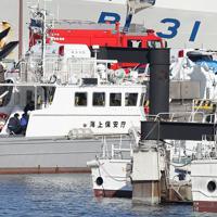 クルーズ船「ダイヤモンド・プリンセス」内で新型コロナウイルスへの感染が確認され、巡視艇を経て救急車に移される乗客たち=横浜市中区で2020年2月5日午前9時24分、喜屋武真之介撮影