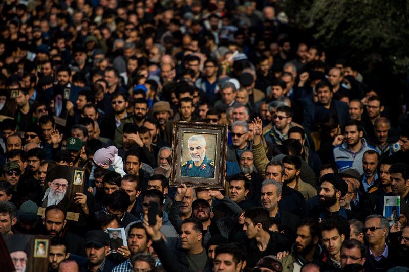 ソレイマニ司令官殺害に抗議するデモ参加者たち(テヘラン、1月3日)(Bloomberg)