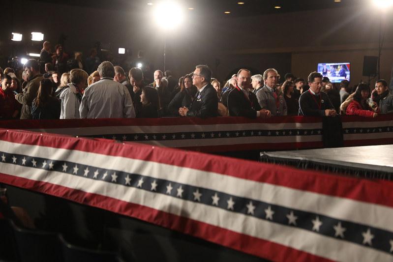 支持者は祈る思いで結果を待つ(アイオワの予備選で)(Bloomberg)