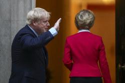 海図なき船出か(ジョンソン英首相〈写真左〉とフォンデアライエン欧州委員長 1月8日、英首相官邸)(Bloomberg)