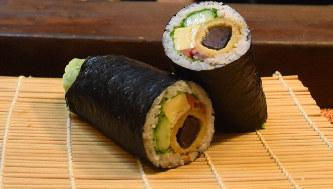 節分に食べると縁起がよい恵方巻き=山口県下関市で2020年2月1日、佐藤緑平撮影