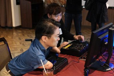 昨年11月に都内で開かれた「ePARA2019」で、真剣な表情でパズルゲーム「ぷよぷよeスポーツ」をプレーする乙武洋匡さん(手前)=ePARA実行委員会提供
