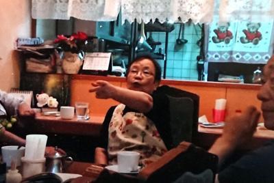 阪神大震災被災者の証言を聞き取る牧秀一さん(右)=牧さん提供