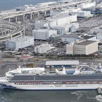 物資補充などのため、横浜港の大黒ふ頭に接岸するクルーズ船「ダイヤモンド・プリンセス」=2020年2月6日午前8時57分、本社ヘリから
