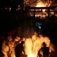 たいまつを手にする白装束の男=和歌山県新宮市で2020年2月6日午後7時33分、小出洋平撮影