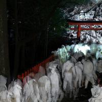 集結する白装束の男たち=和歌山県新宮市で2020年2月6日午後7時3分、小出洋平撮影
