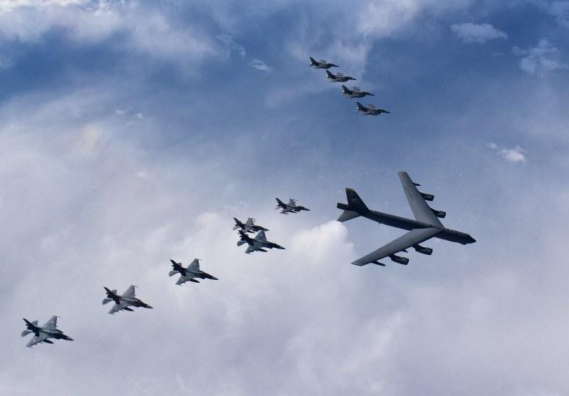 空自と米爆撃機が共同訓練 過去最大規模、北朝鮮や中国けん制か | 毎日新聞