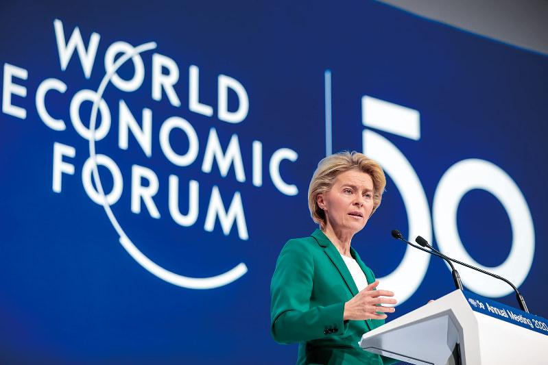 「脱炭素」で世界をリードできるか(スイス・ダボスの世界経済フォーラムで講演するフォンデアライエン欧州委員長、1月22日)(Bloomberg)