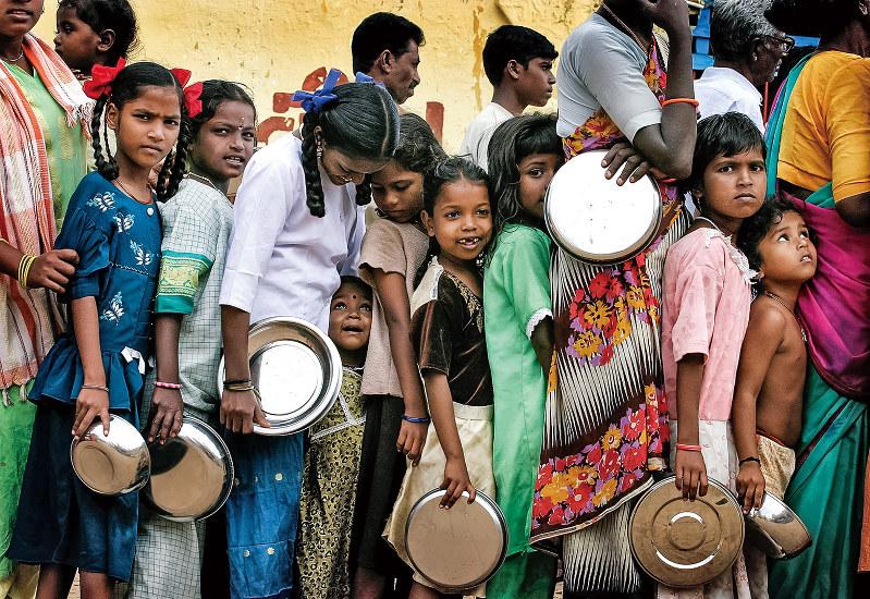 義務教育を受けられない子供が6000万人もいるとされる(Bloomberg)