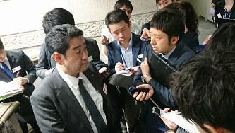 子会社が関わった取引について報道陣に説明する富士電機の三宅雅人法務室長(中央左)=東京都中央区で2020年1月30日、今沢真撮影