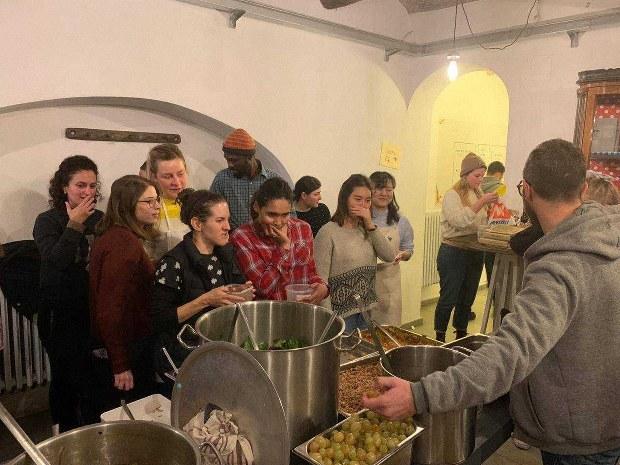 規格外野菜を利用した料理を作り、皆で食べ、テーマに沿った方のお話を聞くイベント。私も調理しました=イタリア・ブラで2019年12月6日、Preet Sanghvi撮影