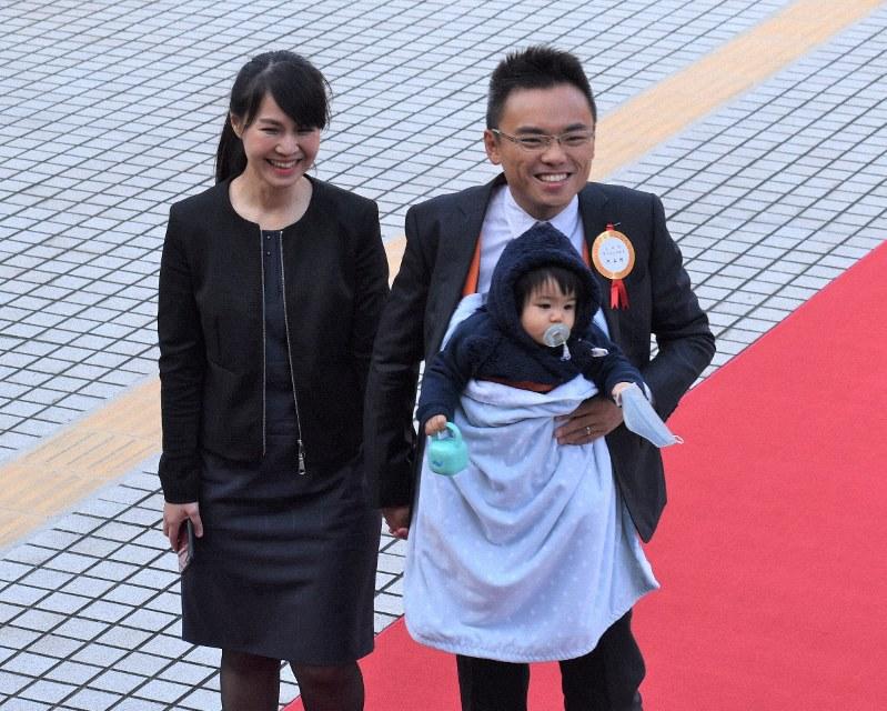 赤ちゃんを胸に抱き、妻と共に赤じゅうたんの上を歩く国民党の洪孟楷氏=台北市の立法院で2020年2月1日、福岡静哉撮影