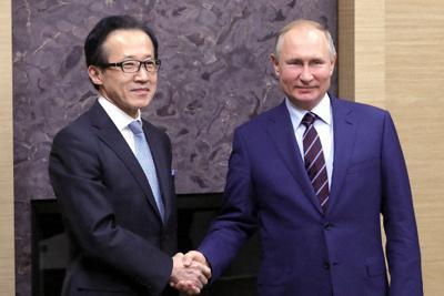 国家安全保障局の北村滋局長(左)と会談したプーチン露大統領=モスクワ郊外のロシア大統領公邸で2020年1月16日、ロシア大統領府ホームページから