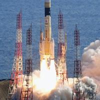情報収集衛星「光学7号機」を搭載して打ち上げられたH2Aロケット41号機=鹿児島県南種子町で2020年2月9日午前10時34分、本社ヘリから上入来尚撮影