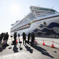 着岸したクルーズ船「ダイヤモンド・プリンセス」=横浜市鶴見区の大黒ふ頭で2020年2月9日午前8時43分、吉田航太撮影