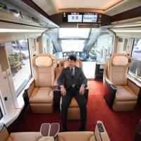 近畿日本鉄道が公開した、名古屋と大阪を結ぶ新型特急「ひのとり」のプレミアム車両。3月14日に運行が開始される=2020年2月5日、久保玲撮影