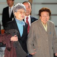 拉致被害者家族会の横田早紀江さん(左)とともに首相官邸に入る、拉致被害者・有本恵子さんの母嘉代子さん。嘉代子さんは2月3日、94歳で亡くなった=2012年12月28日、藤井太郎撮影
