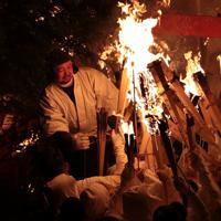 神倉神社で1400年以上続くとされる「お灯まつり」で、たいまつを手にする白装束の男たち=和歌山県新宮市で2020年2月6日、小出洋平撮影