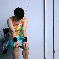 飛び込みの東京五輪最終予選を兼ねるワールドカップ(W杯)の代表選考会。女子高飛び込みで3回目の演技を終え、厳しい結果で椅子に座り込む板橋美波=東京辰巳国際水泳場で2020年2月8日、梅村直承撮影