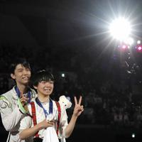 フィギュアスケートの4大陸選手権、表彰式で並ぶ優勝した羽生結弦と、3位に入った16歳の鍵山優真。羽生は男子で史上初めて、主要4大会をすべて制覇した=韓国・ソウルで2020年2月9日、AP