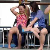 女子3メートル板飛び込み決勝で、4位に終わりプールサイドで泣く金戸凜(左)=東京辰巳国際水泳場で2020年2月9日、宮武祐希撮影