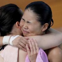 女子3メートル板飛び込み決勝で2位となり喜ぶ榎本遼香(右)=東京辰巳国際水泳場で2020年2月9日、宮武祐希撮影