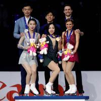 【4大陸フィギュア】ペアの表彰式で、記念撮影する3組。(左から)銀メダルの彭程・金楊組(中国)、優勝の隋文静・韓聰組(中国)、銅メダルのカーステン・ムーア・タワーズ、マイケル・マリナロ組(カナダ)=韓国・ソウルで2020年2月8日、ロイター