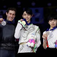 【4大陸フィギュア】男子シングルの表彰式で、金メダルを手に笑顔を見せる羽生結弦(中央)。右は3位に入った鍵山優真。左は2位のジェイソン・ブラウン(米国)=韓国・ソウルで2020年2月9日、ロイター