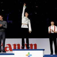 【4大陸フィギュア】男子シングルで羽生結弦が優勝。表彰式では、表彰台の真ん中で笑顔を見せた。右は3位に入った鍵山優真。左は2位のジェイソン・ブラウン(米国)=韓国・ソウルで2020年2月9日、ロイター
