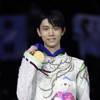 【4大陸フィギュア】初優勝を果たし、表彰式で金メダルを掲げる羽生結弦=ソウルで2020年2月9日、AP