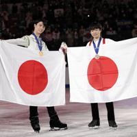 【4大陸フィギュア】国旗を持ち、笑顔で記念撮影する金メダルの羽生結弦(左)と銅メダルの鍵山優真=韓国・ソウルで2020年2月9日、AP