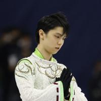 【4大陸フィギュア】男子フリーの演技前に両手を合わせる羽生結弦=韓国・ソウルで2020年2月9日、AP
