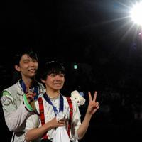 【4大陸フィギュア】初優勝した羽生結弦(左)と3位に入った鍵山優真=ソウルで2020年2月9日、AP