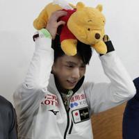 【4大陸フィギュア】男子フリーの演技後、キスアンドクライで、プーさんのティッシュケースを頭にのせて笑顔を見せる羽生結弦=韓国・ソウルで2020年2月9日、AP